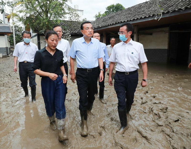 李克强来到重庆看望慰问受灾群众:勉励大家重建好家园