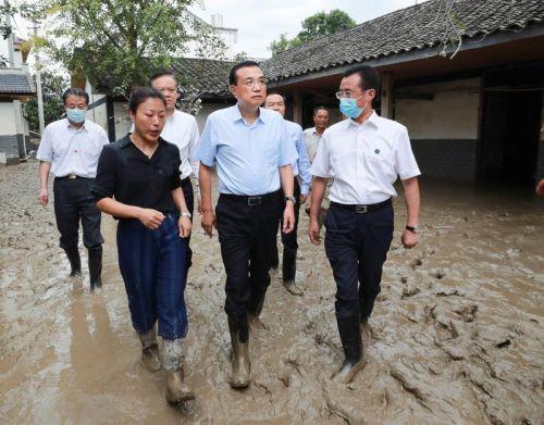 李克强重庆实地考察水灾:沿途看望慰问受灾群众