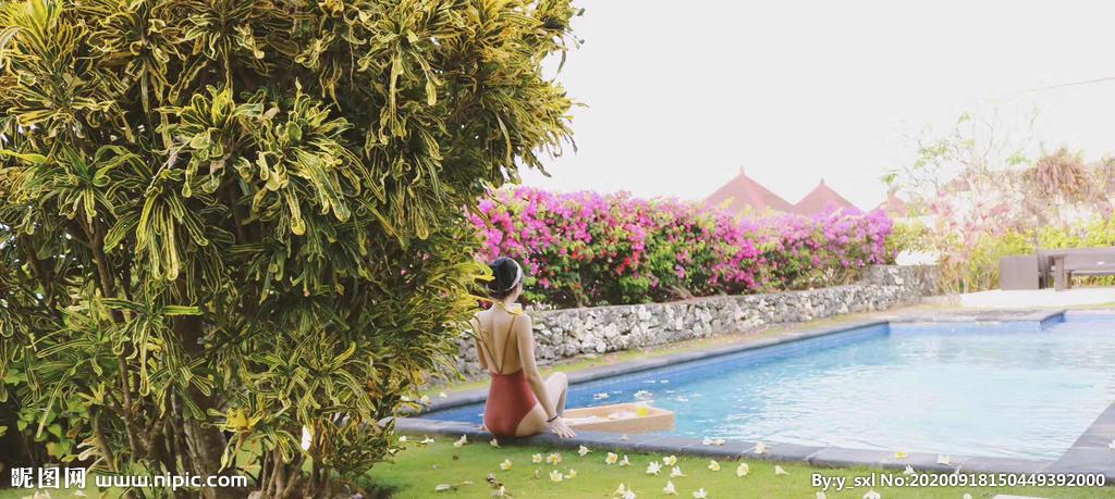 别墅  女人  游泳池图片