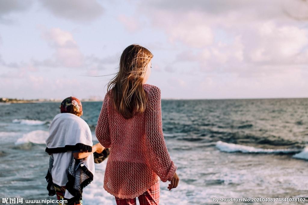 海边看风景的少女图片