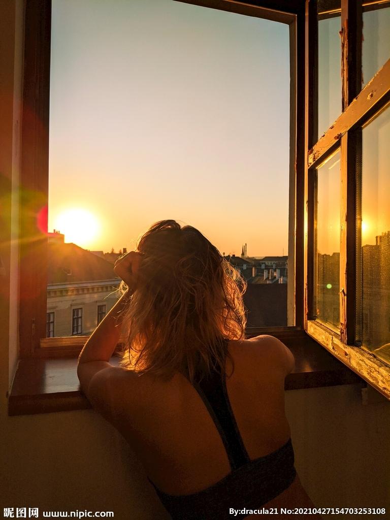 夕阳窗台背影图片