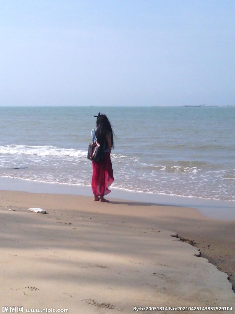 站在海边眺望的姑娘图片