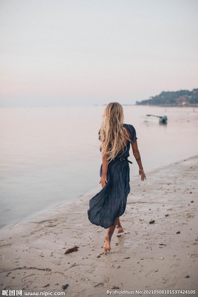 海边散步的女性图片